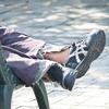 ベンチで寝る浮浪者の足