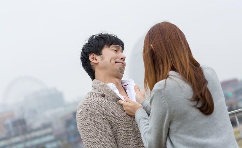 女性に胸倉を掴まれた全然反省していない男性