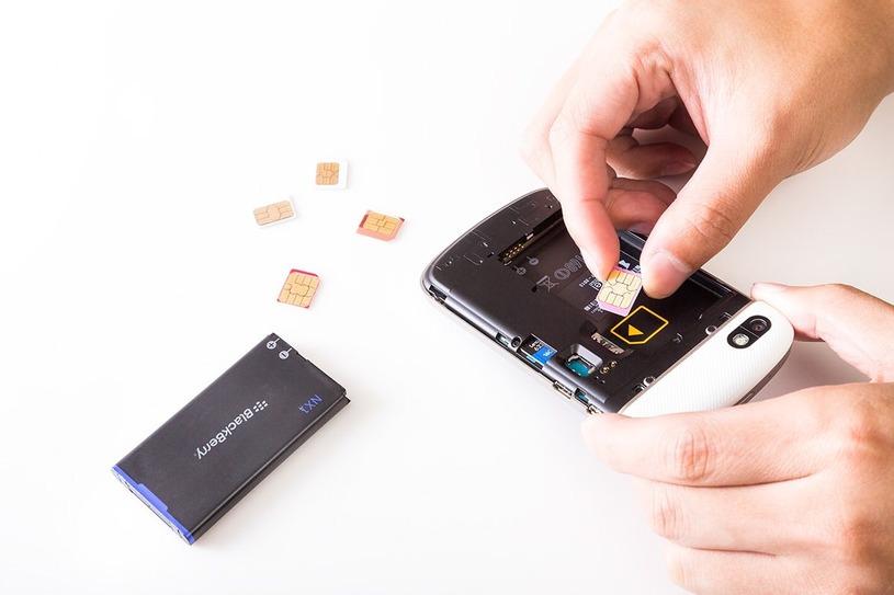 BlackBerryにSIMカードを挿す