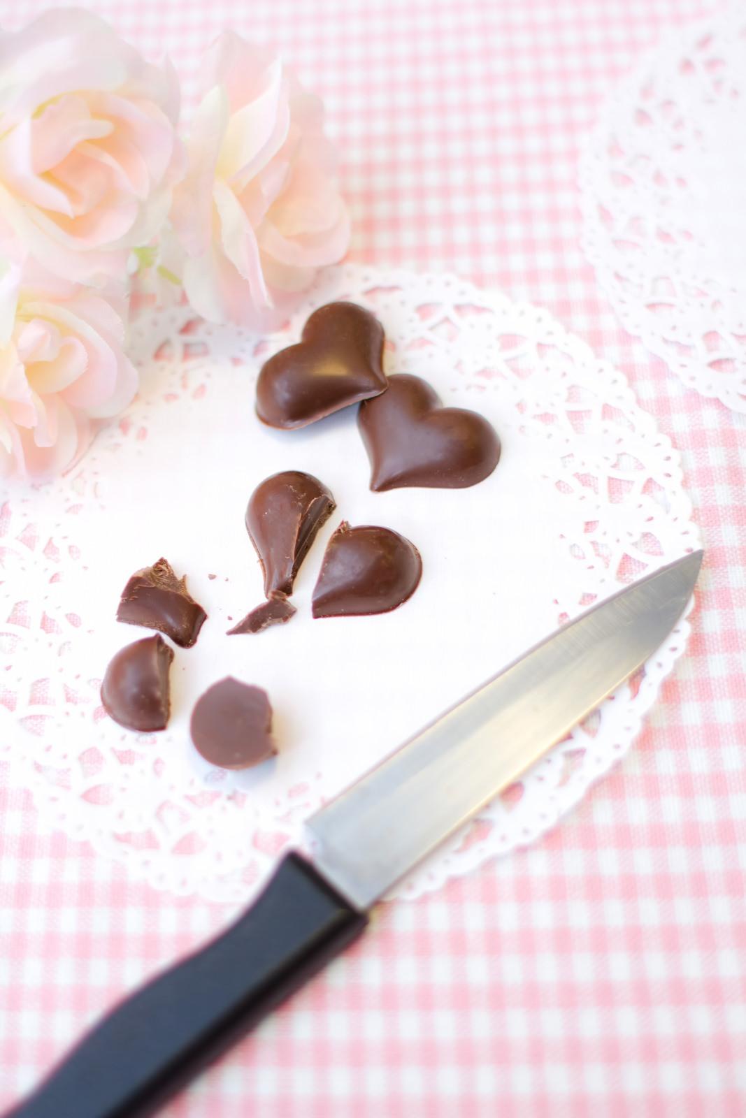 ハート型のチョコレートを斬るハート型のチョコレートを斬る