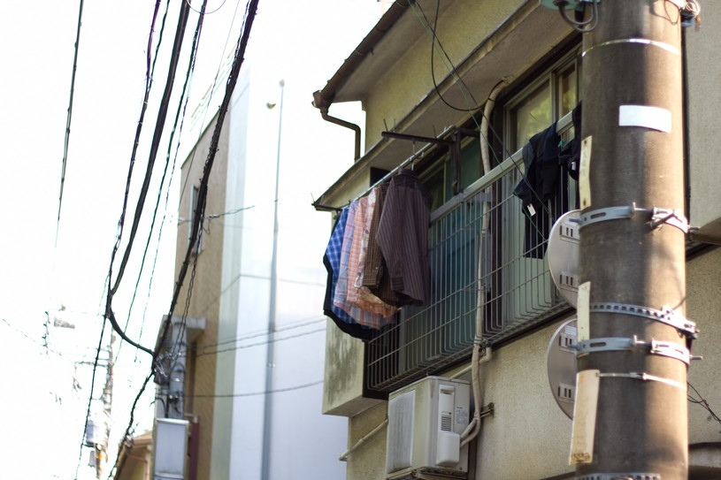 洗濯物が干された下町のアパート