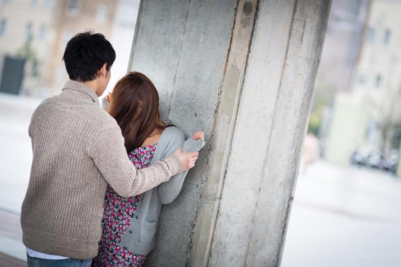 強引に壁ドンをされ「ダメよ〜ダメダメ」と断る女性