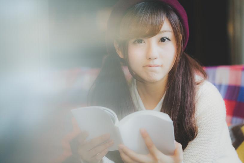 読書に夢中なあの子と目があった