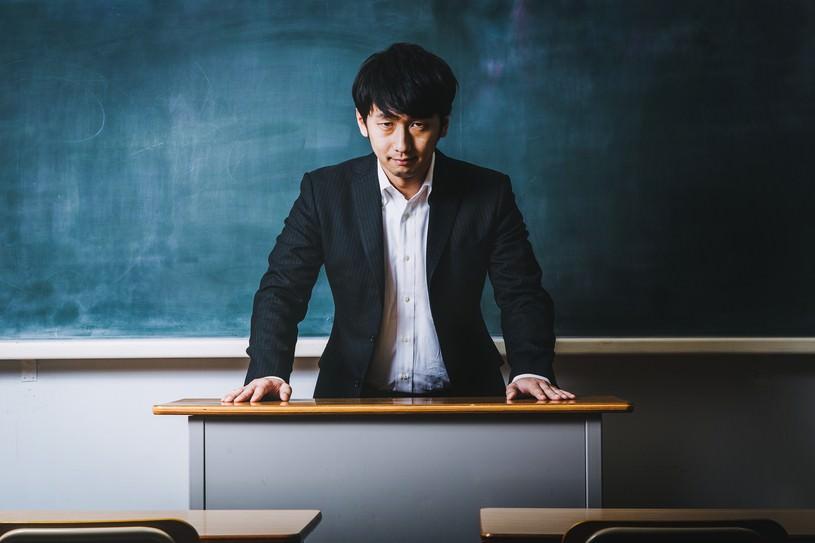 悪魔のような笑顔で経典を読み上げる高校教師