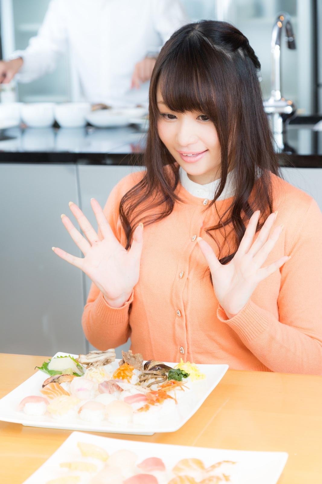 本日の料理に驚くグルメリポーター本日の料理に驚くグルメリポーター [モデル:茜さや]