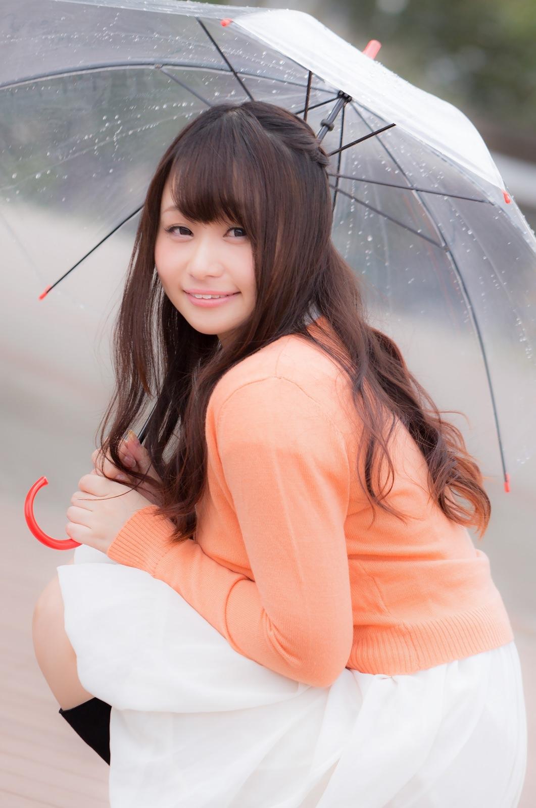 傘をさす笑顔の美女画像傘をさす笑顔の美女画像 [モデル:茜さや]