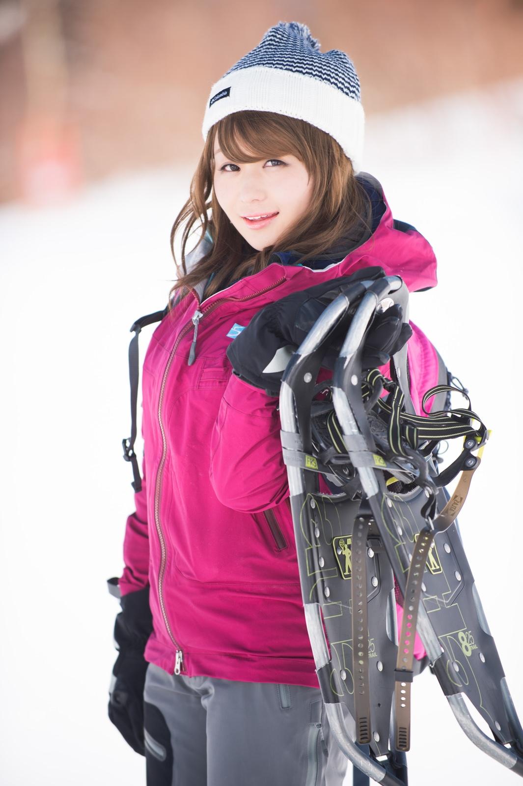 スキーもいいけど、私はスノートレッキングスキーもいいけど、私はスノートレッキング [モデル:茜さや]
