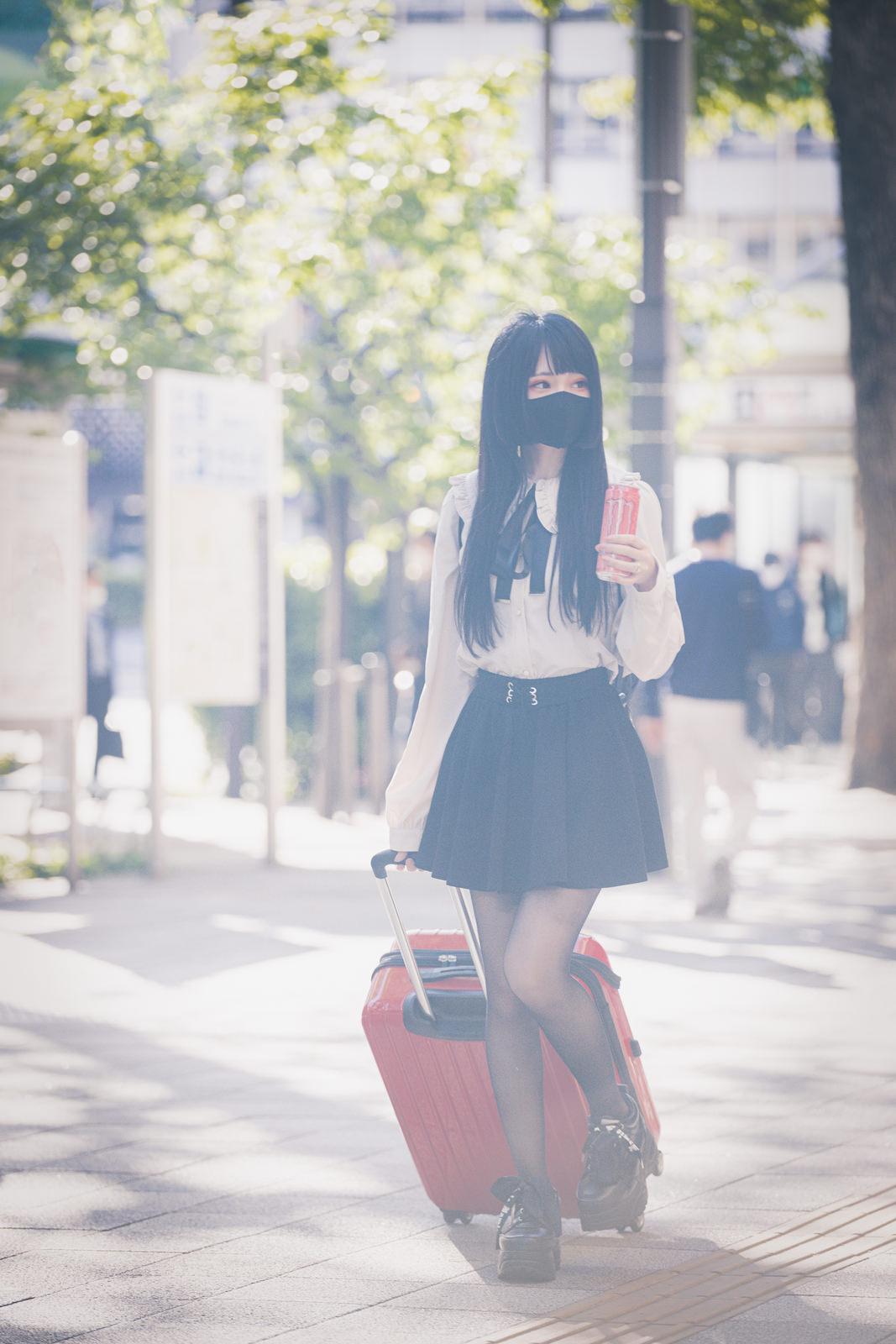 地方からキャリーケースを持って都内出てきた女子のフリー素材