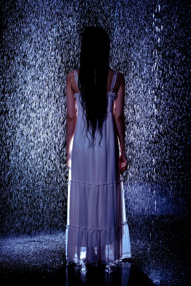 雨と白いワンピースの女性の写真