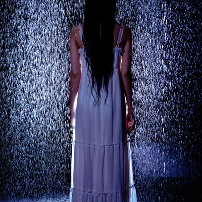 「雨と白いワンピースの女性」の写真素材