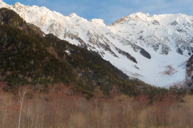 冬の上高地の透き通った空気の先にある穂高連峰の写真