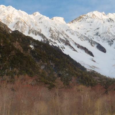 「冬の上高地の透き通った空気の先にある穂高連峰」の写真素材