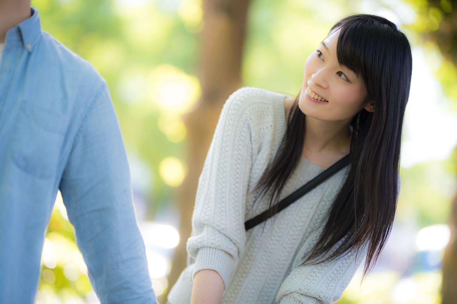 「彼氏の顔色をうかがう付き合いたての女性」の写真[モデル:たけべともこ]