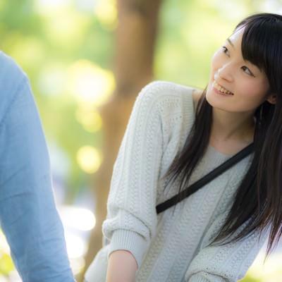 「彼氏の顔色をうかがう付き合いたての女性」の写真素材
