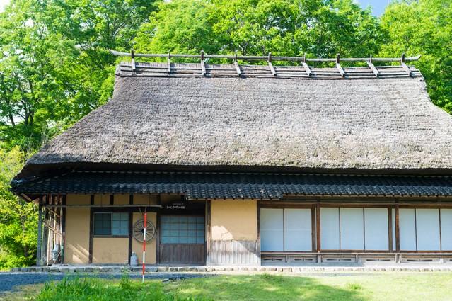 茅葺屋根の古民家の写真