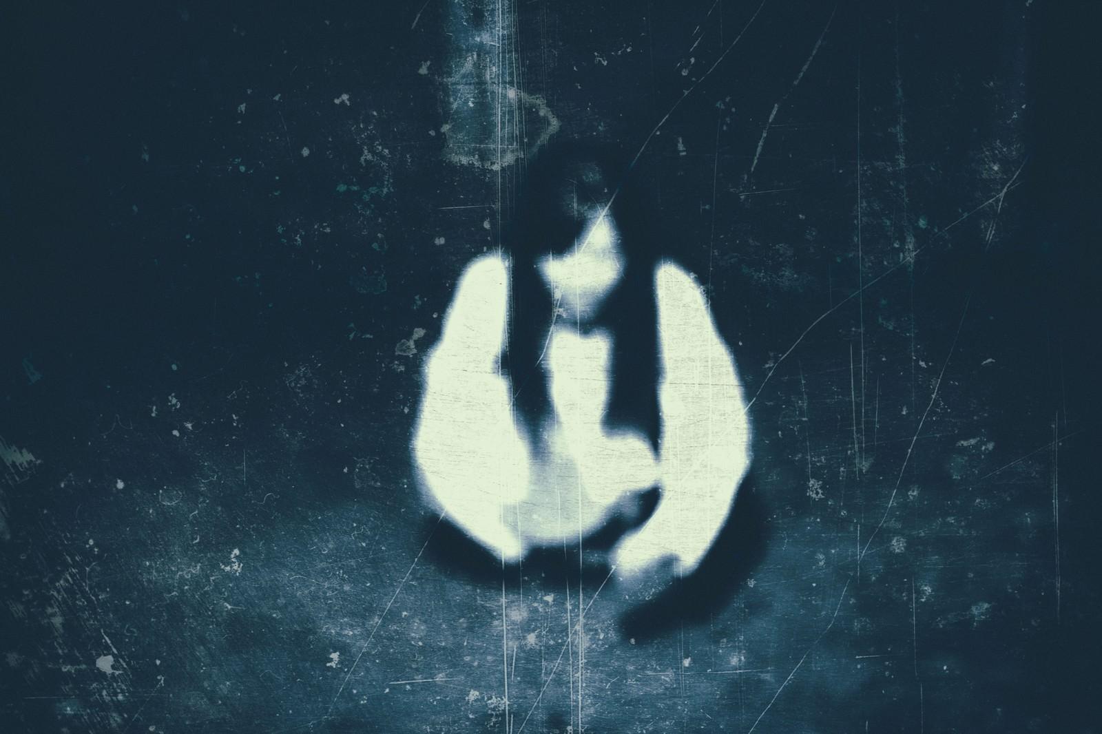忍び寄る恐怖|ぱくたそフリー写真素材
