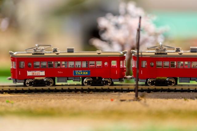 ジオラマの赤い電車の写真