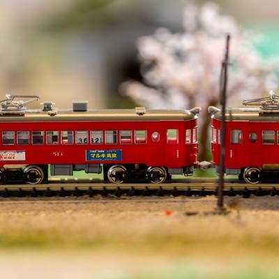 「ジオラマの赤い電車」の写真素材