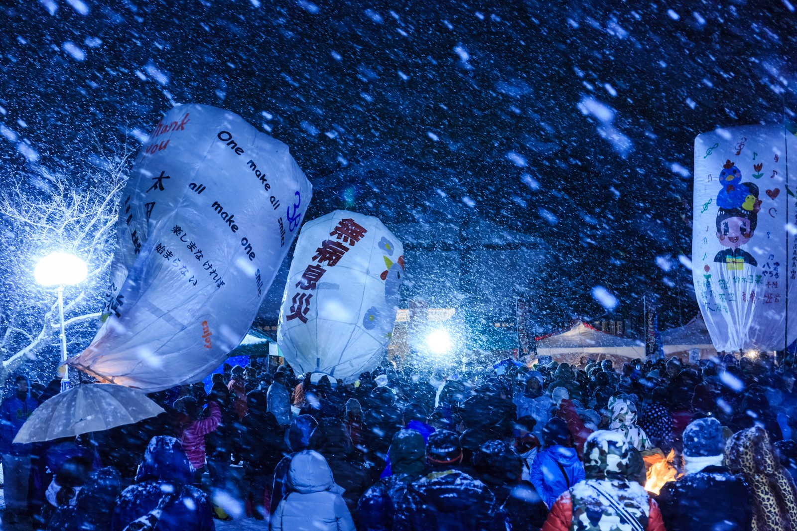 「大雪と人混みと紙風船」の写真