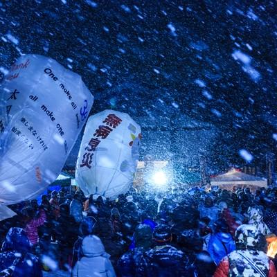 大雪と人混みと紙風船の写真