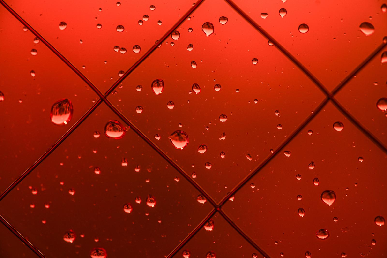 「赤い窓と水滴」の写真