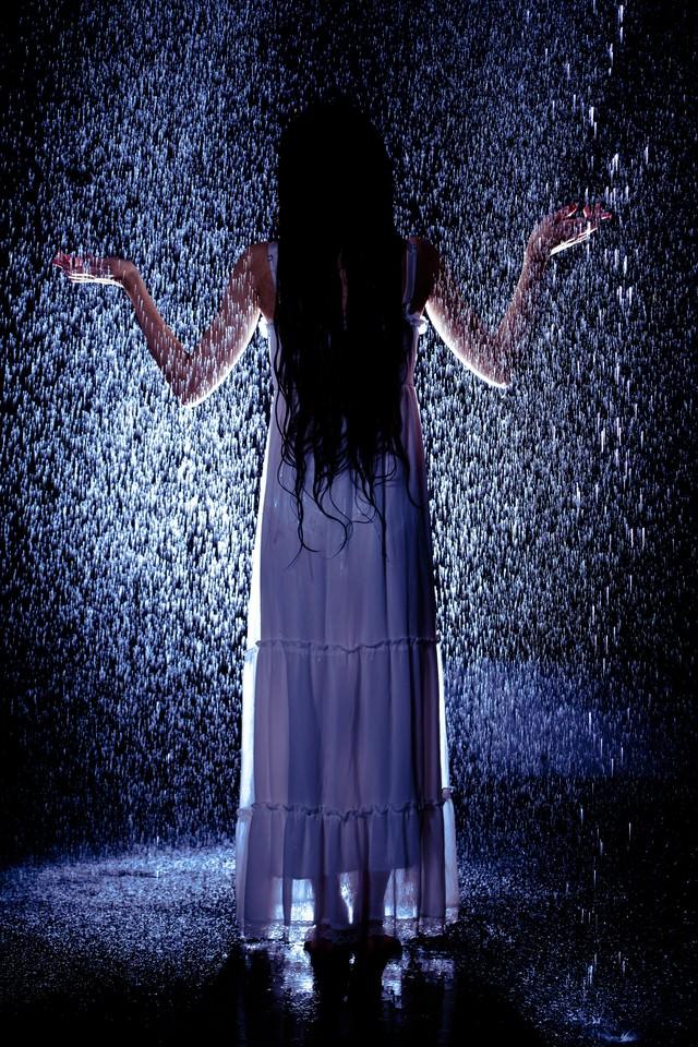 突然降り出したゲリラ豪雨に巻き込まれた女性の写真