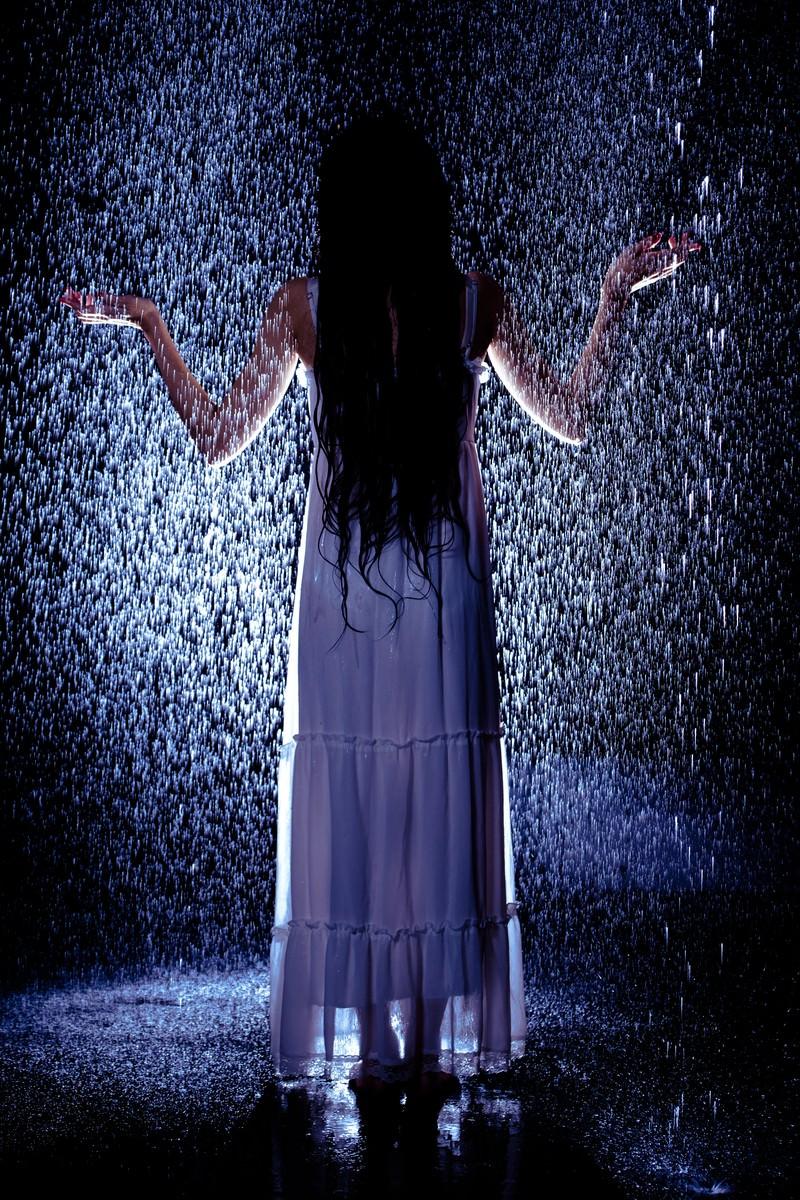 「突然降り出したゲリラ豪雨に巻き込まれた女性」の写真[モデル:緋真煉]