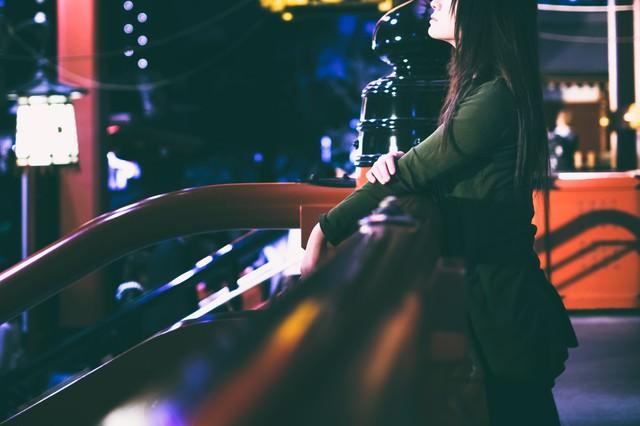 寂寞の境内と若い女性の写真