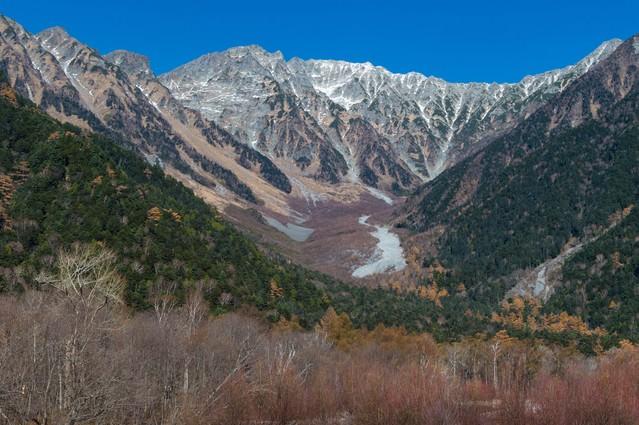 冬の始まりを感じる上高地からみた穂高連峰の写真