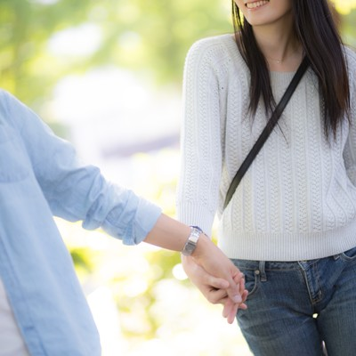 「彼と手を繋ぎながら新緑デート」の写真素材