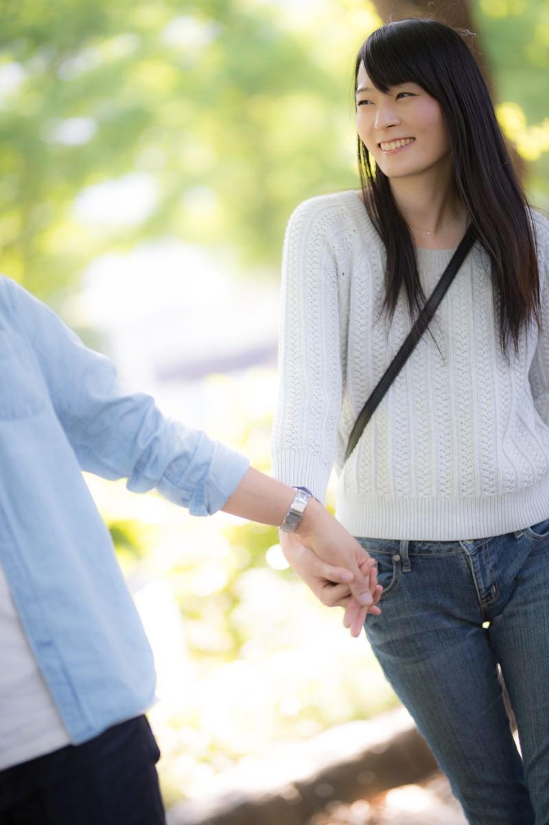 「彼と手を繋ぎながら新緑デート」の写真[モデル:たけべともこ]