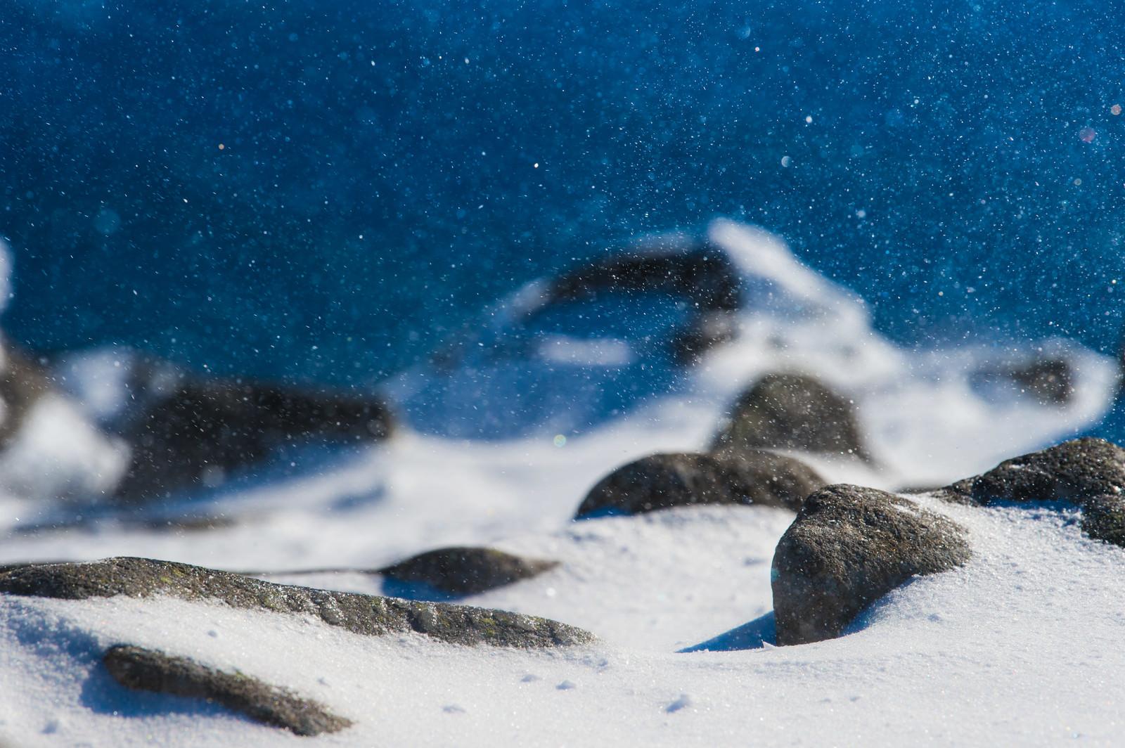 「八ヶ岳ブルーに舞う雪の結晶」の写真