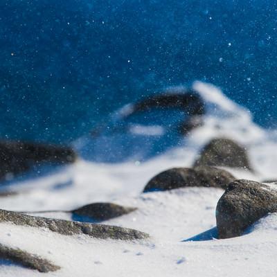 八ヶ岳ブルーに舞う雪の結晶の写真