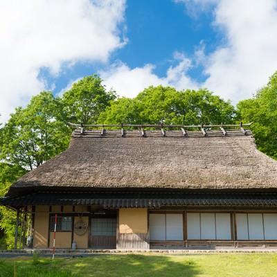 「古民家と新緑(岡山県鏡野町うたたねの里)」の写真素材