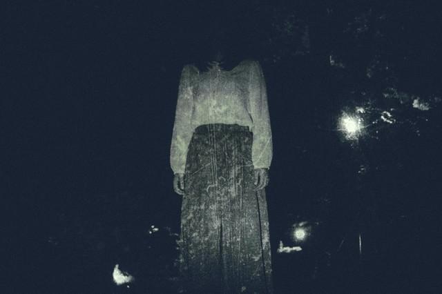仄暗い闇の奥からの写真