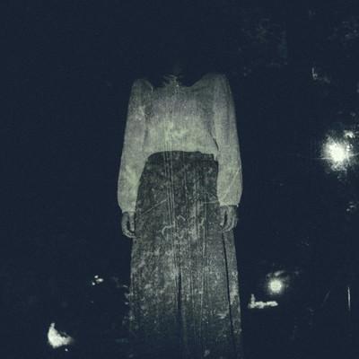 「仄暗い闇の奥から」の写真素材