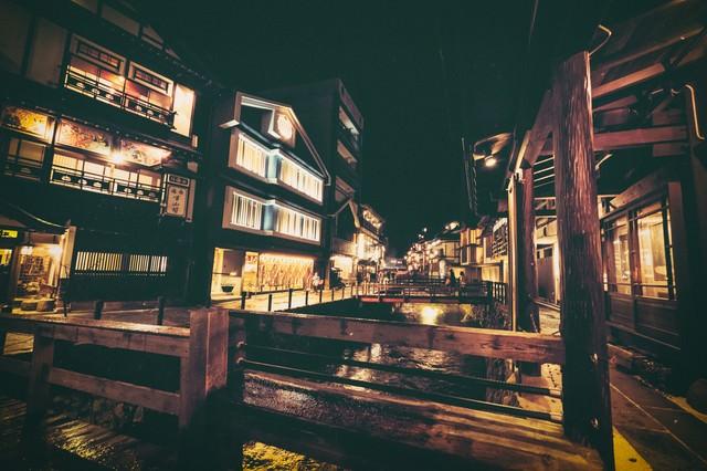 夜間の銀山温泉街の写真
