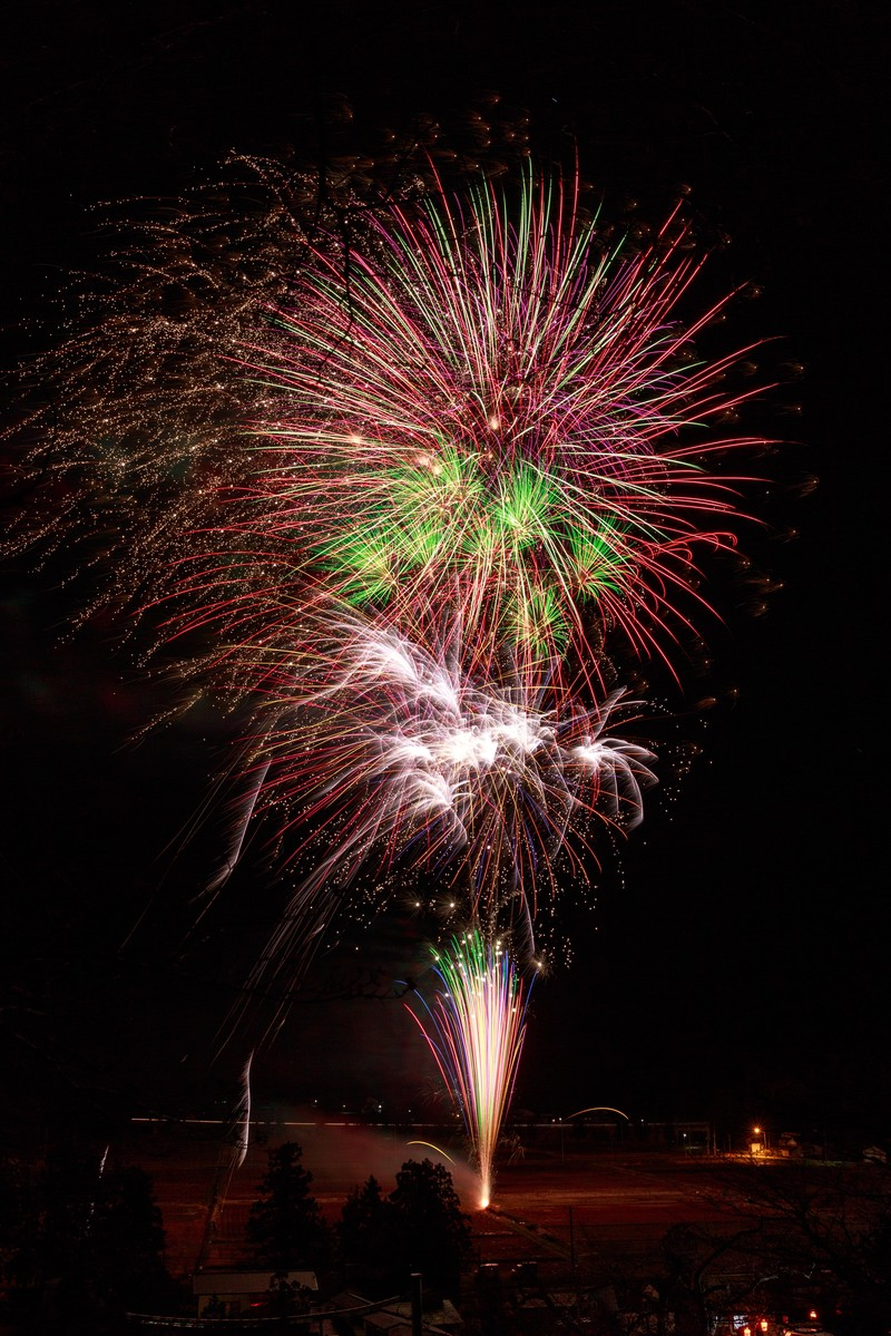「田んぼの中で打ち上げ花火」の写真