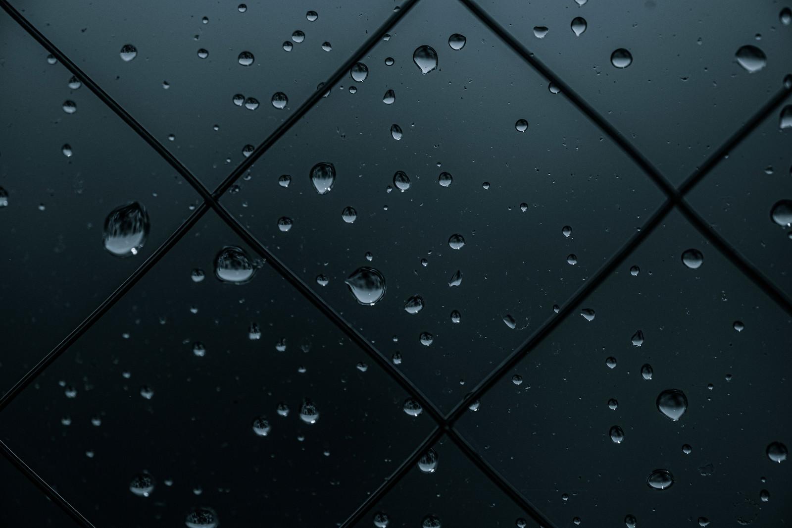 「薄暗い窓と水滴」の写真