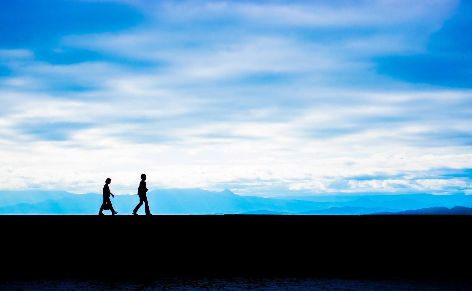 「親子のシルエット(青空と埠頭)」の写真