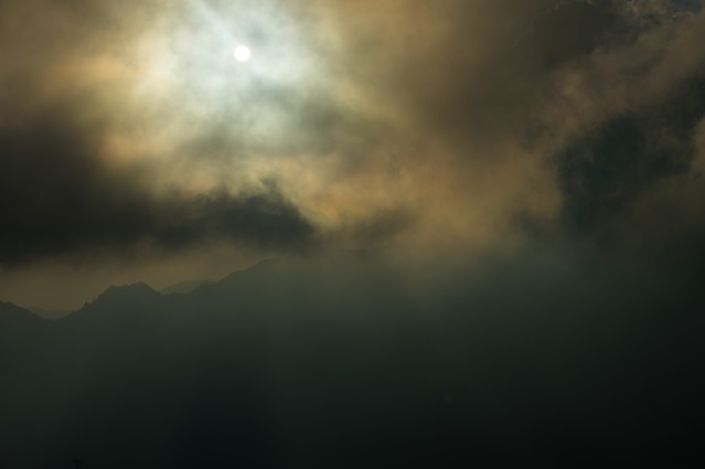 北アルプスの曇天の中登山道を照らす満月の写真