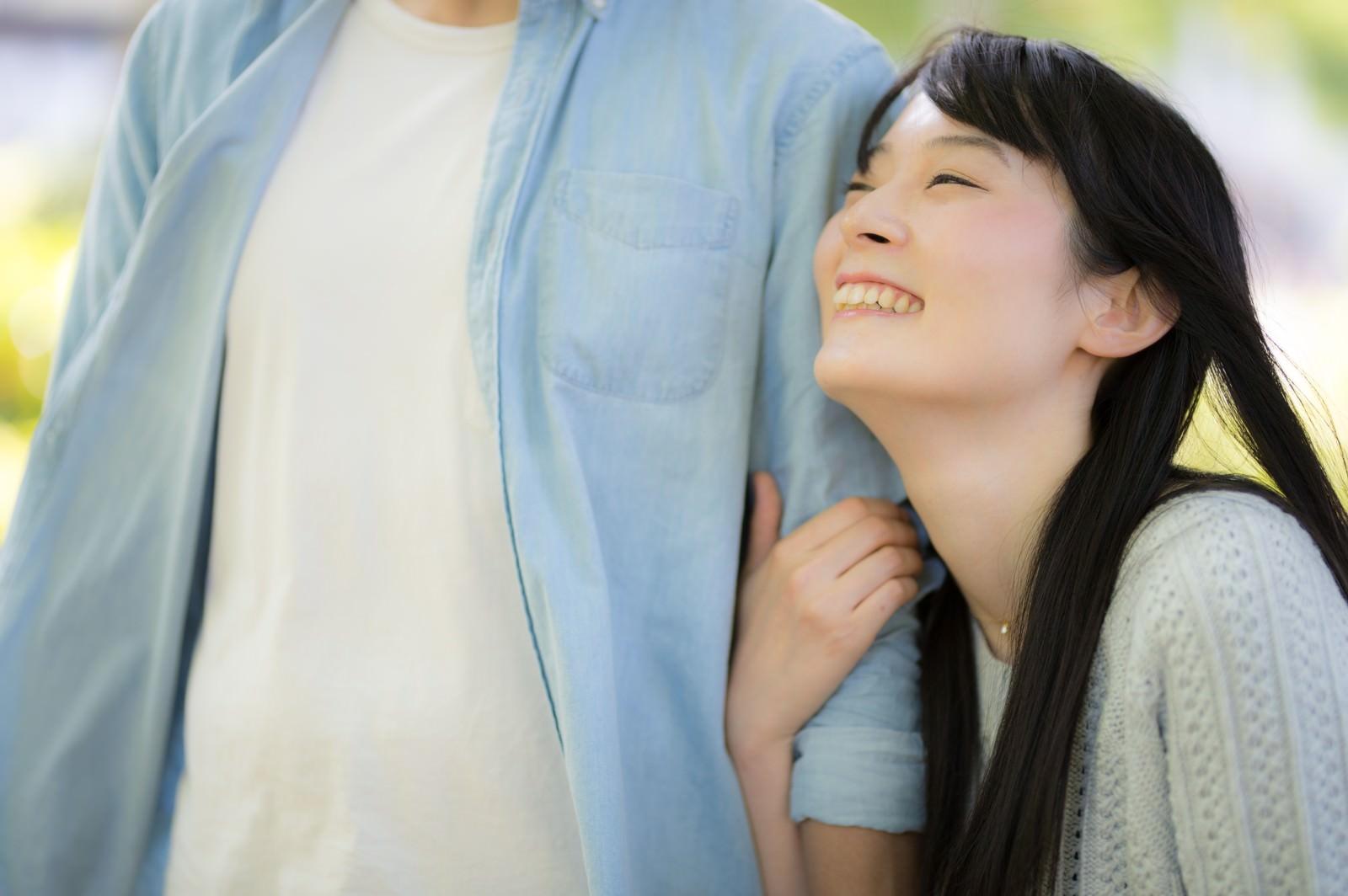 「彼の腕を抱きしめる。幸せデート真っ最中」の写真[モデル:たけべともこ]