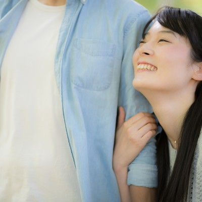 「彼の腕を抱きしめる。幸せデート真っ最中」の写真素材