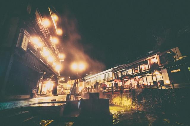 夜間の銀山温泉とガス灯の写真