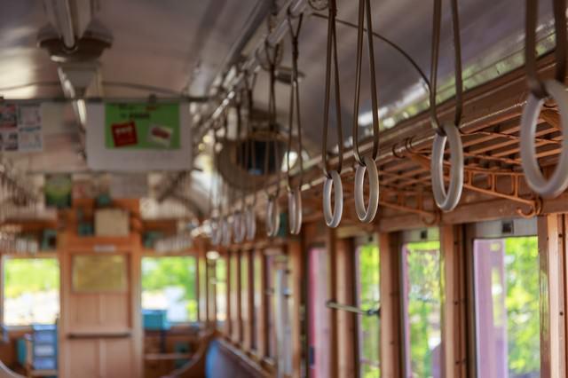 レトロ電車の吊革の写真