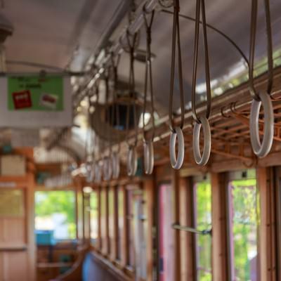 「レトロ電車の吊革」の写真素材