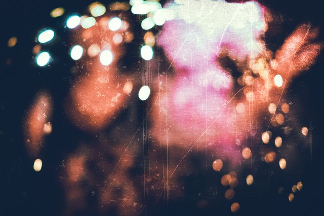 火花散るボケ味のあるノイズの写真