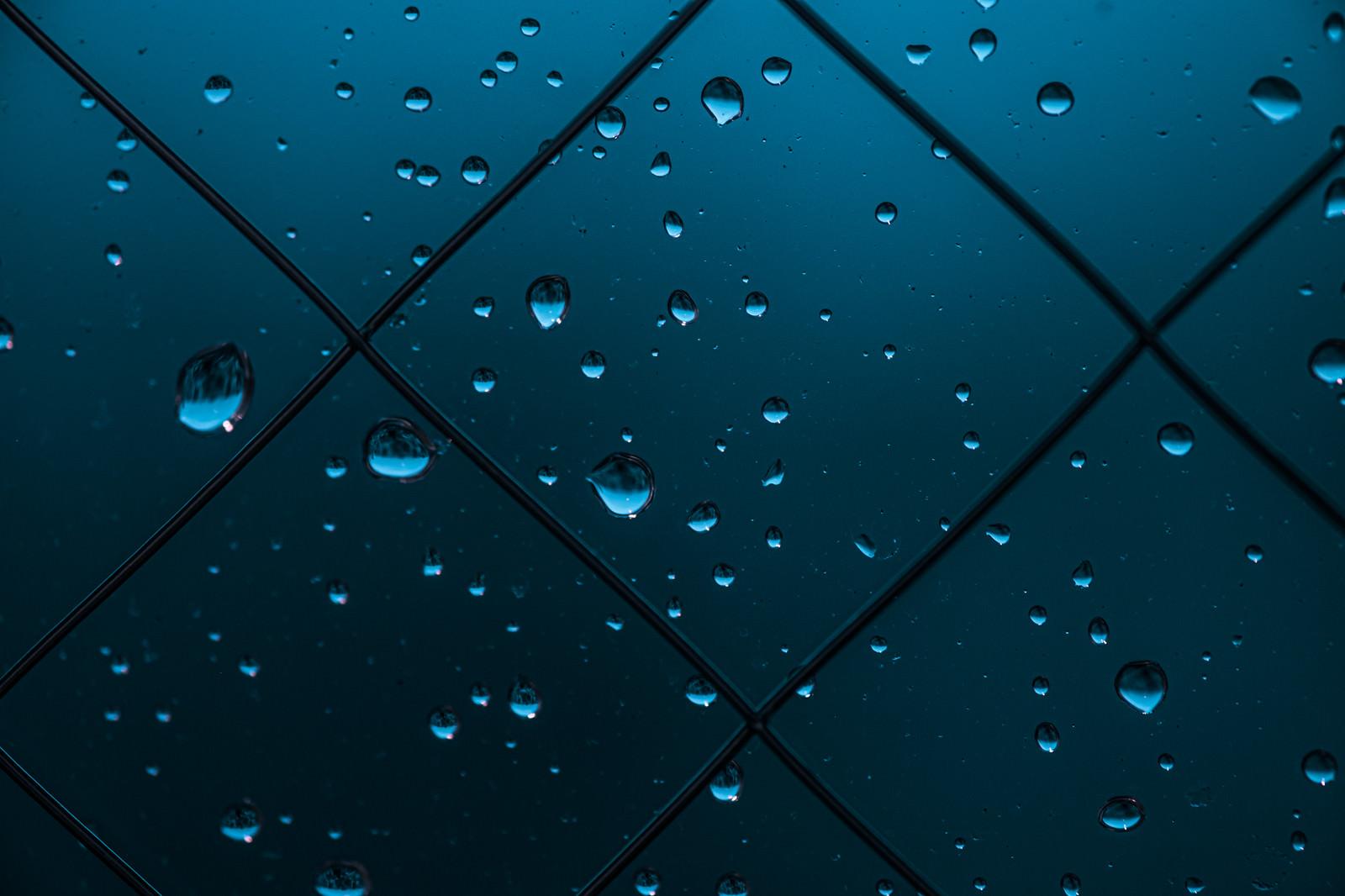 「窓と雨の水滴」の写真