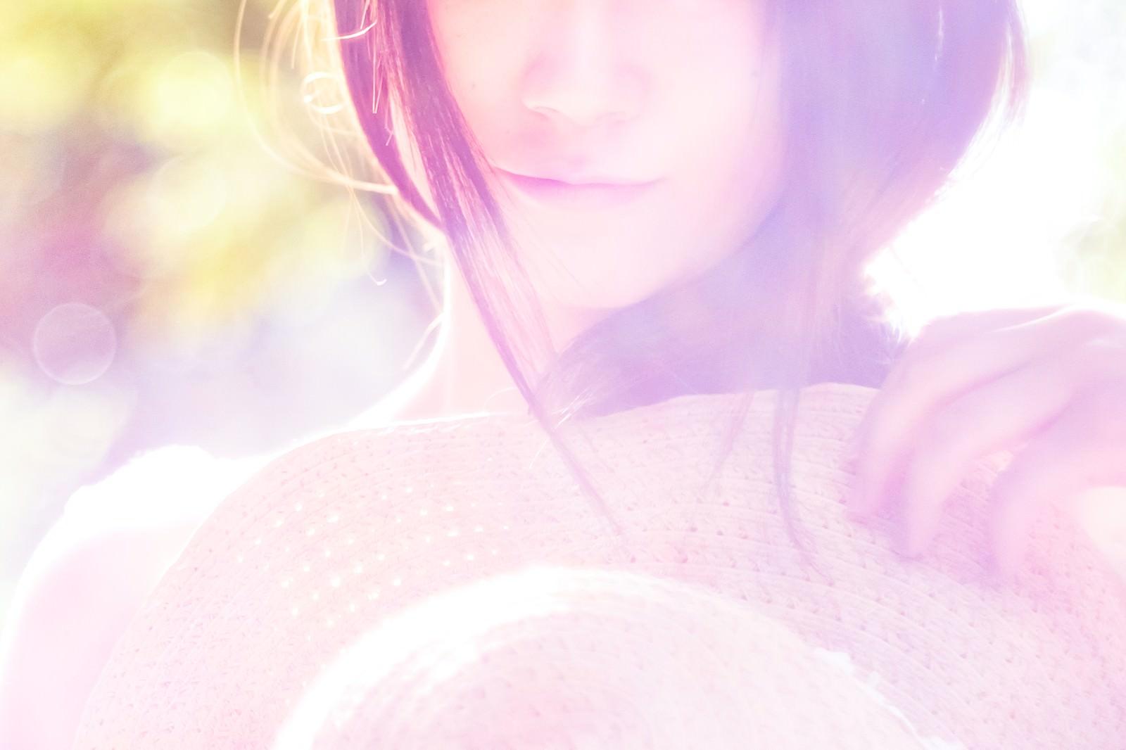 「夏の配色(パステルカラー)と女性夏の配色(パステルカラー)と女性」のフリー写真素材を拡大