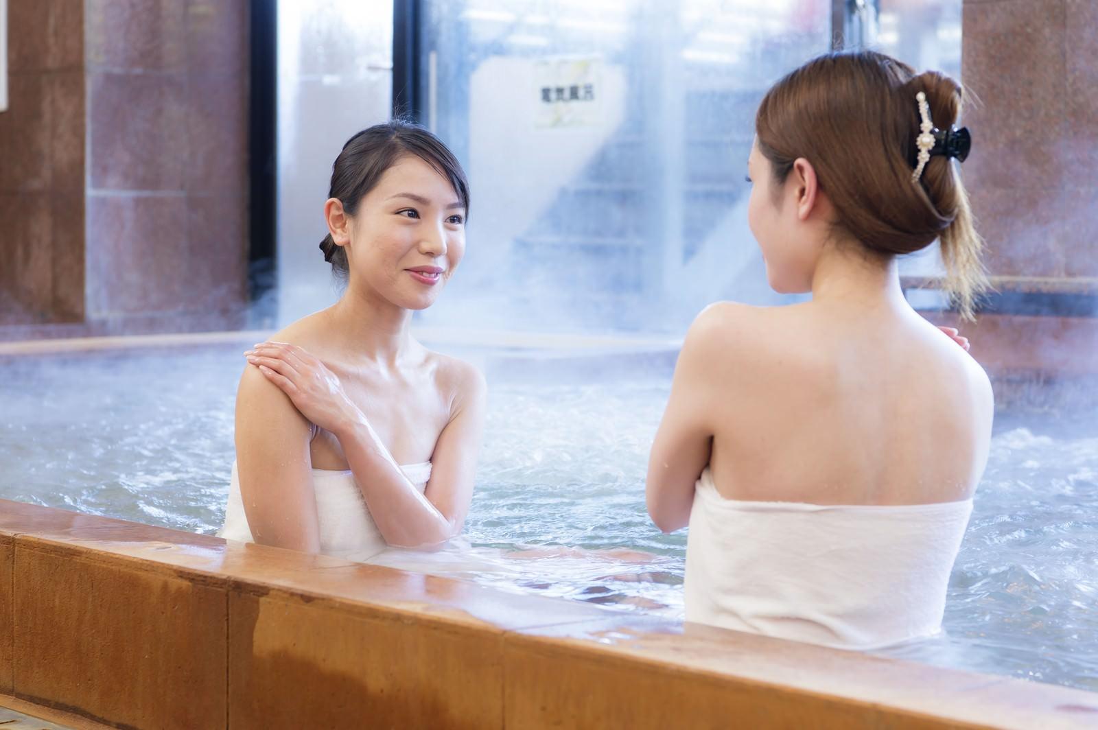 「日南市北郷温泉に浸かる美肌美女ふたり」の写真